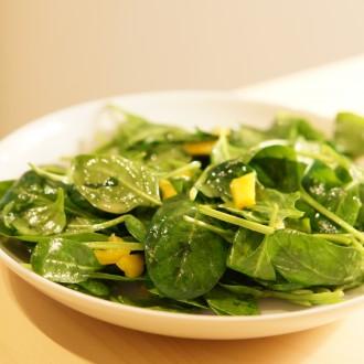Frischer Blattspinat-Salat