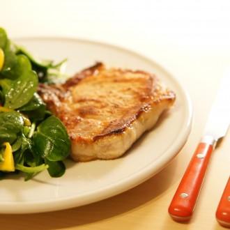 Schweine Kotelett mit Spinat-Salat und Nüssen