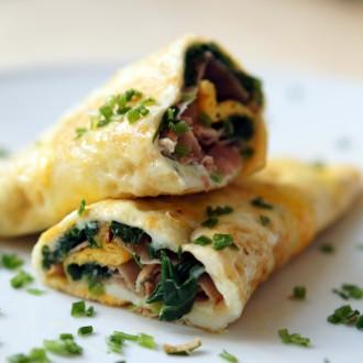 Gerolltes Omelett mit Spinat & Schinken Füllung