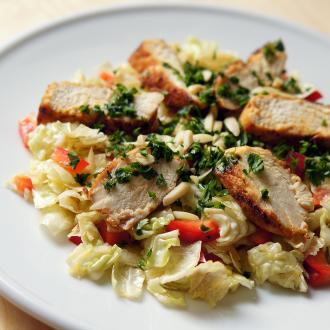 Wirsing/Kohl-Salat mit Hühnerfilet-Streifen